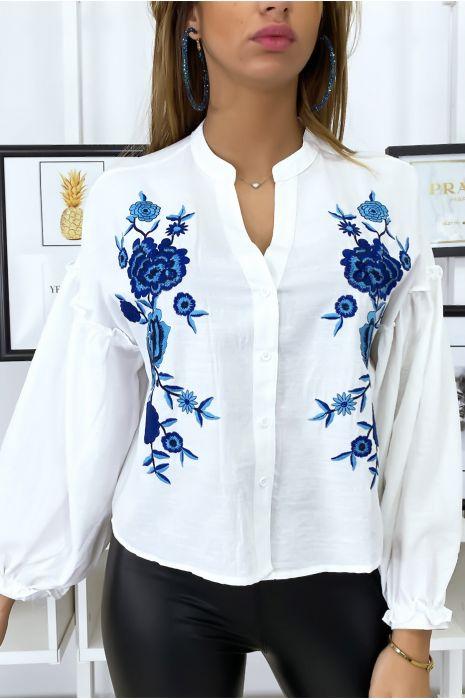 Wit overhemd met pofmouwen en borduursel op de voorzijde