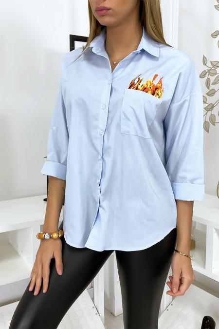 Blauw overhemd geborduurd op de voor- en achterkant