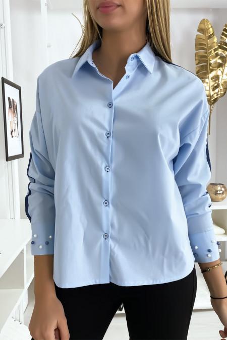 Blauw overhemd met parels op de mouwen
