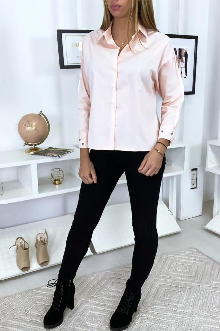 Roze overhemd met parels op de mouwen