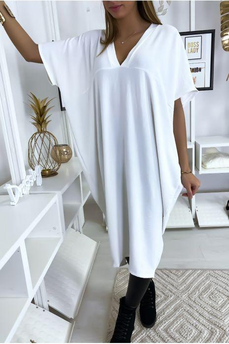 Robe blanche longue et ample