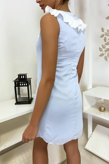 Korte en lichtblauwe jurk, met buste details