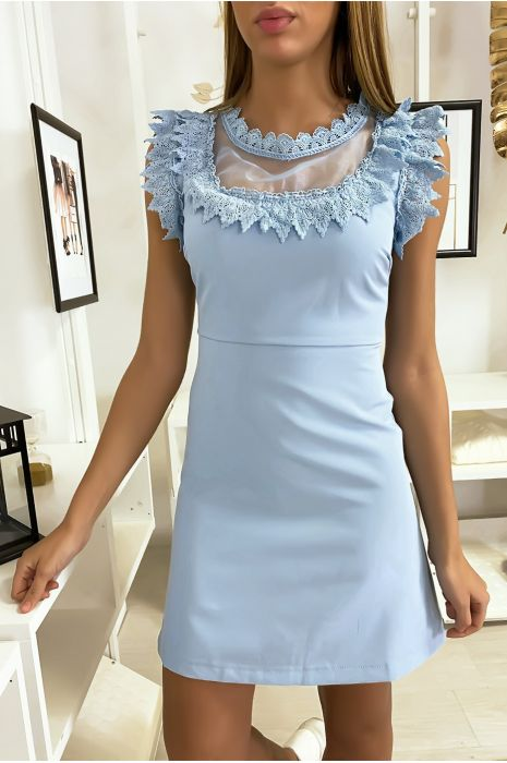 Blauwe jurk met chiffon en kant bij buste en kraag.