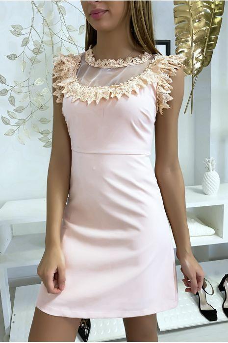 Roze jurk met chiffon en kant bij buste en kraag.