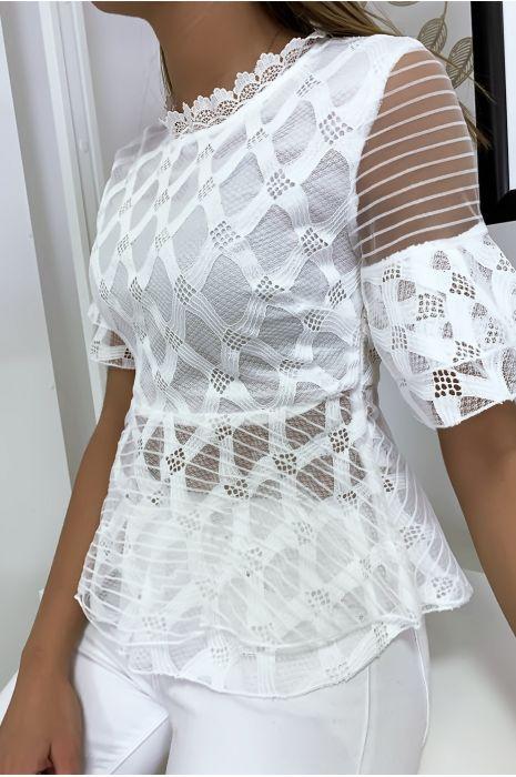 Blouse blanche avec joli motifs dentelle et volant