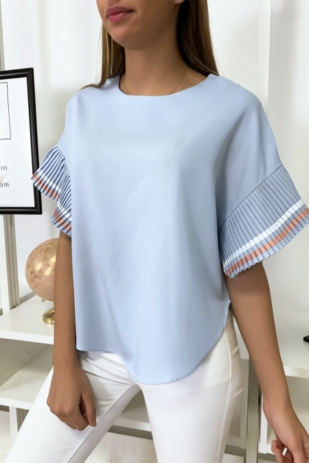 Very chic blouse in light blue, loose fit with pleated sleeves