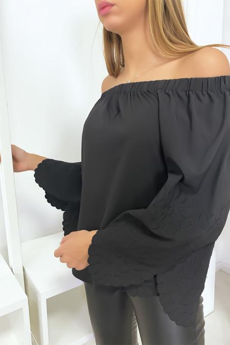 Zwarte blouse met boothals en mooie borduursels op de mouwen