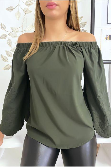 Kaki blouse met boothals en mooie borduursels op de mouwen