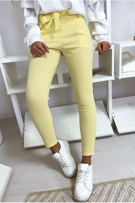 Pantalon cigarette jaune avec poches et ceinture à nouer très fashion.1756