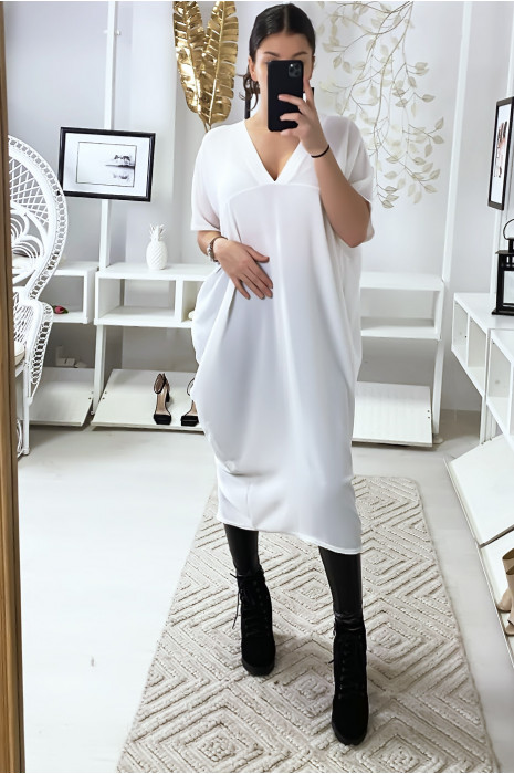 Losvallende witte jurk met v-hals en split aan de achterkant