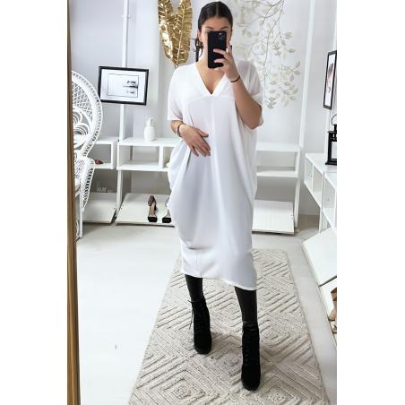 Robe ample blanche avec décolleté en v et fente arrière