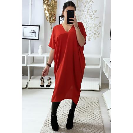 Robe ample rouge avec décolleté en v et fente arrière