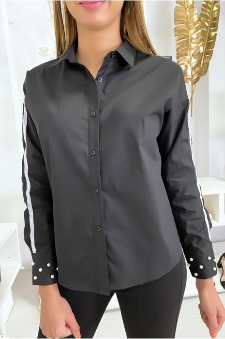 Zwart overhemd met witte band op de armen en parels op de mouwen