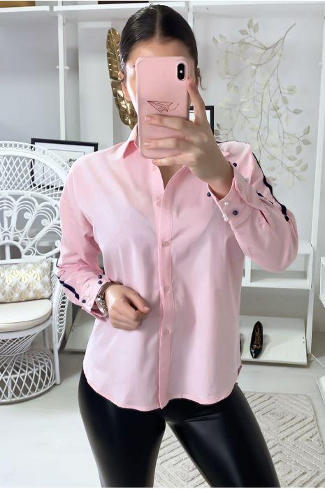 Roze overhemd met witte band op de armen en parels op de mouwen