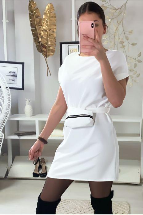 Robe blanche très chic avec pochette