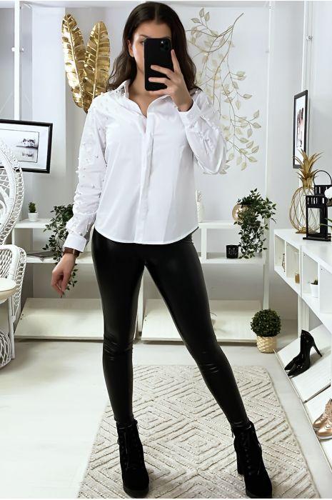 Wit overhemd met parels op mouwen en schouders