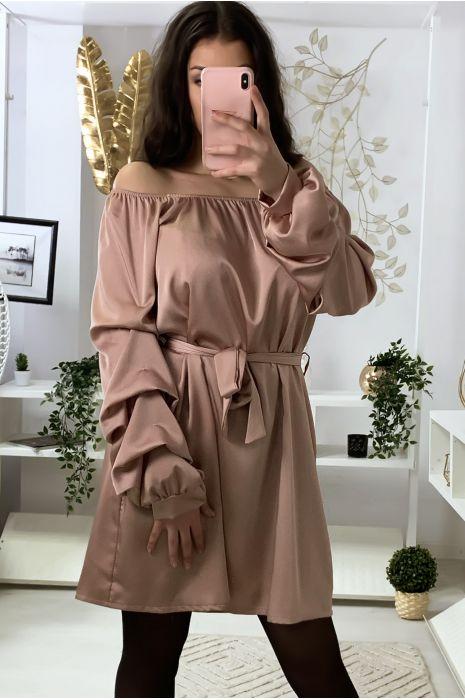 Roze satijnen jurk met boothals, riem en gerimpelde mouwen