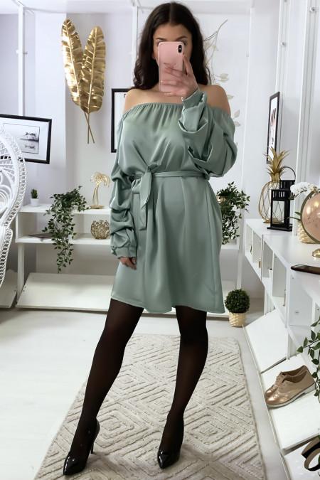 Satijnen jurk met boothals in zeegroen met aangerimpelde riem en mouwen