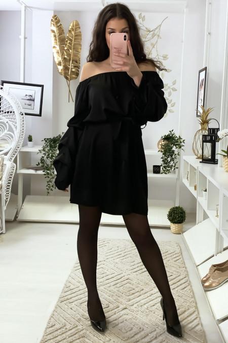 Zwarte satijnen jurk met boothals, riem en gerimpelde mouwen