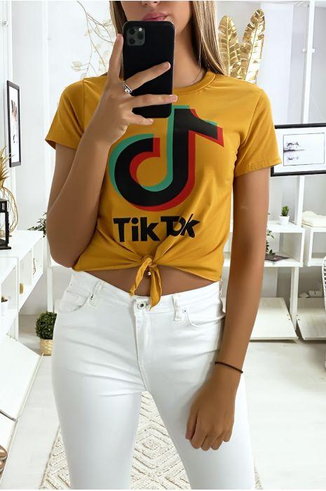 Tee shirt en coton moutarde avec noeud et écriture TIKTOK