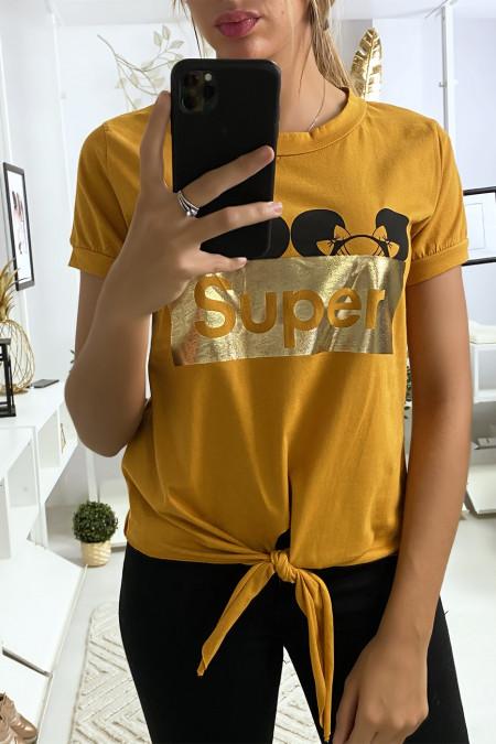 Mosterd t-shirt met SUPER tekst en strik op de voorkant