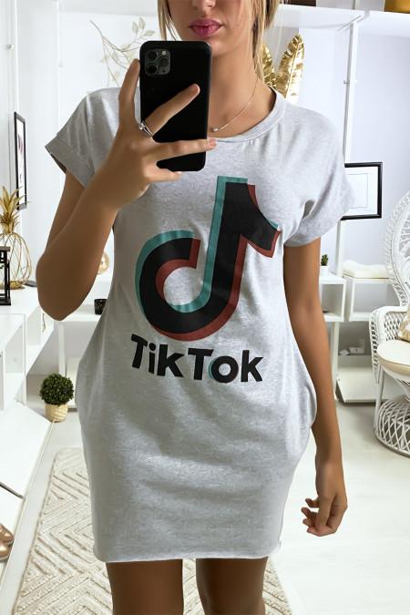Grijze t-shirtjurk met zak en TIKTOK-tekst