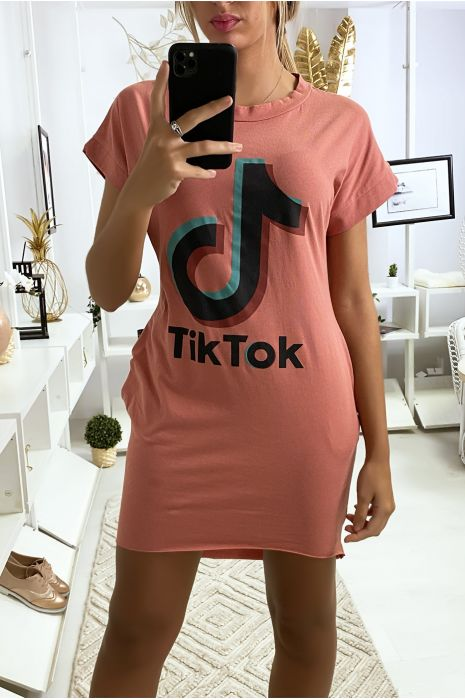 Fuchsia t-shirtjurk met zak en TIKTOK-tekst
