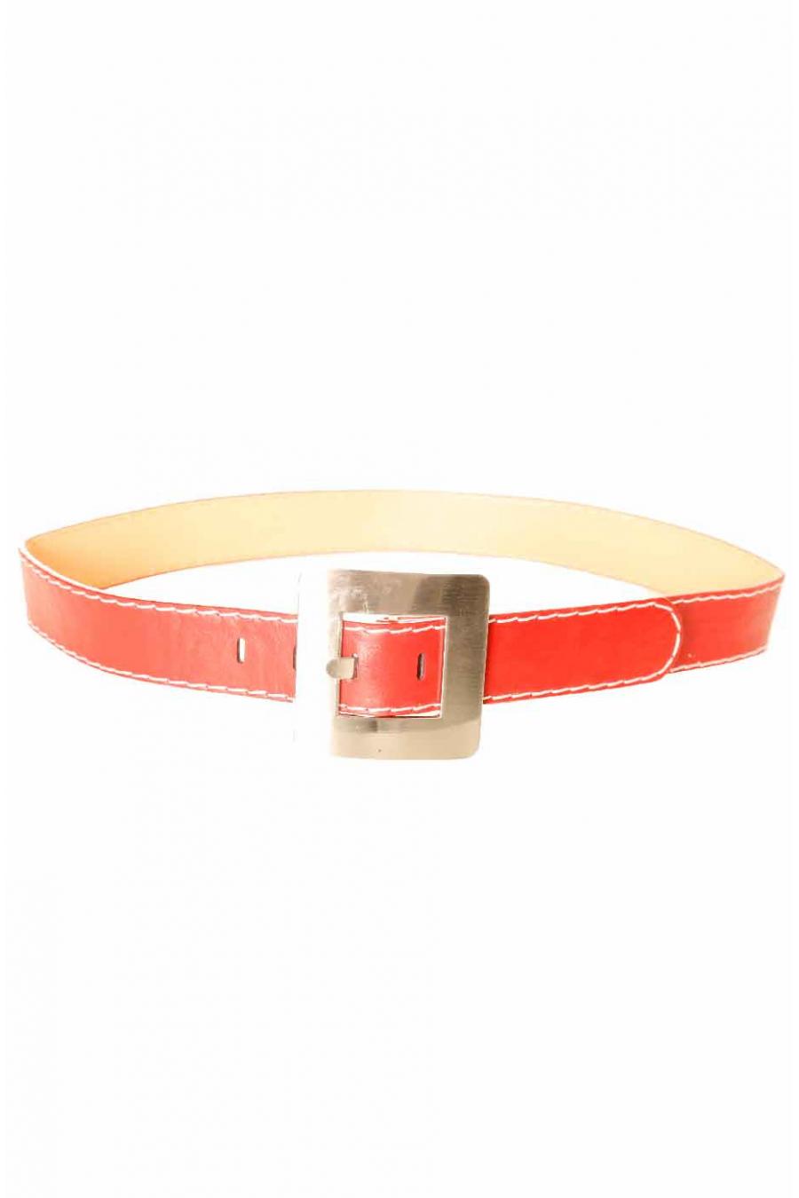 Rode riem met wit stiksel met vierkante gesp CE 504