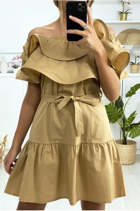 Camelkleurige jurk met boothals en ruches met riem