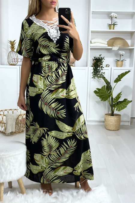 Lange zwarte jurk met bladprint en borduursel op de buste