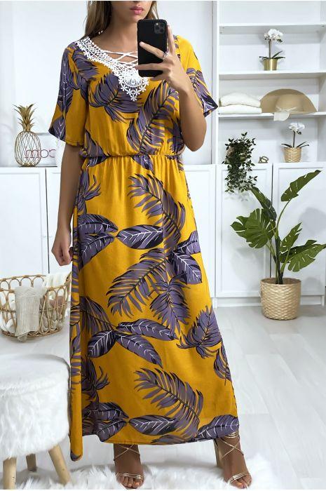 Longue robe moutarde motif feuilles avec broderie au buste