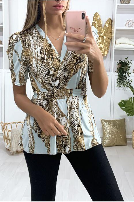 Blauwe blouse met pythonpatroon en riem met gesp.