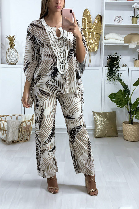 Beige tuniek en broek in boheemse stijl, pythonpatroon met borduursels en parels op de kraag.