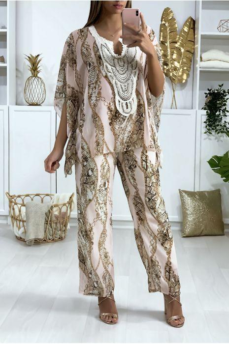 Ensemble Tunique/Pantalon Rose style bohème, motif python avec broderie et perles au col.
