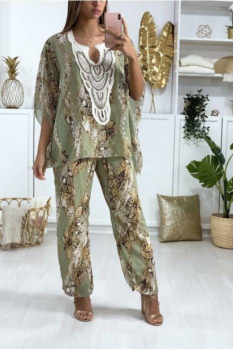 Ensemble Tunique et Pantalon Vert style bohème, motif python avec broderie et perles au col.