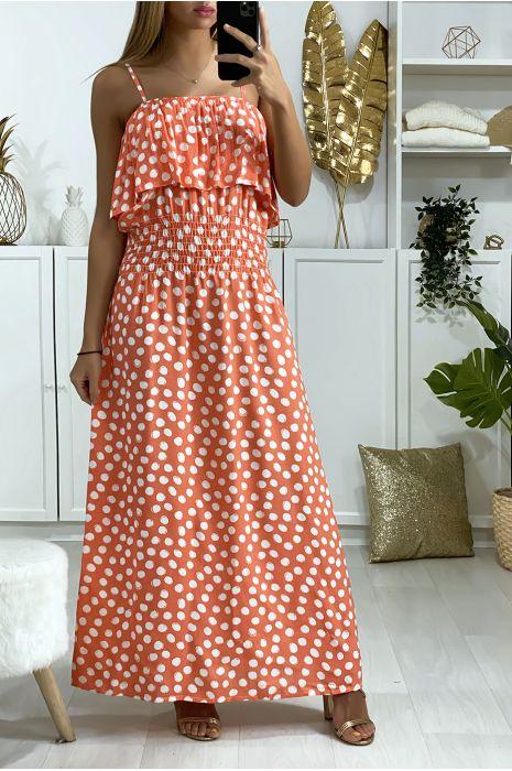 Lange koraalrode jurk met stippen, volant en elastiek in de taille