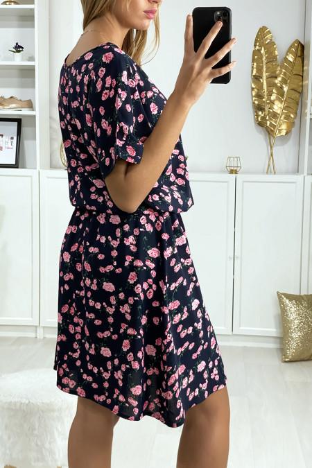 Zwarte tuniekjurk met roze bloemenpatroon met elastiek in de taille