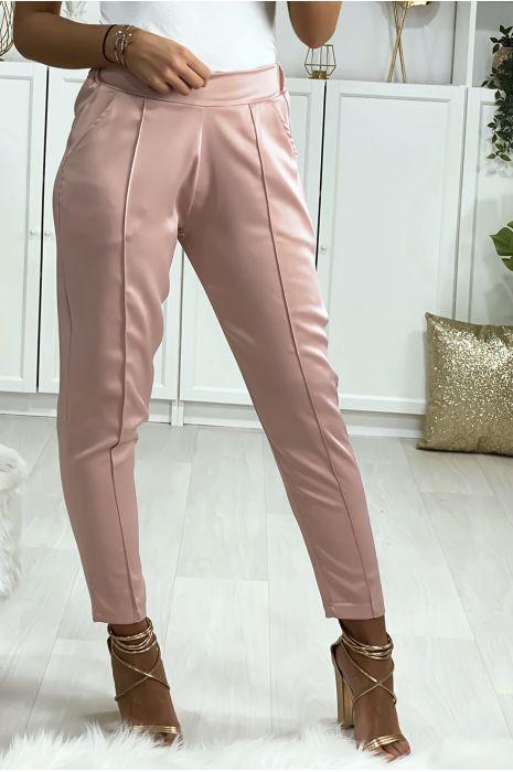 Pantalon cigarette satiné en rose avec poches et plis devant