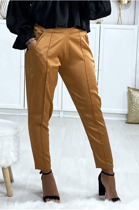 Pantalon cigarette satiné en camel avec poches et plis devant