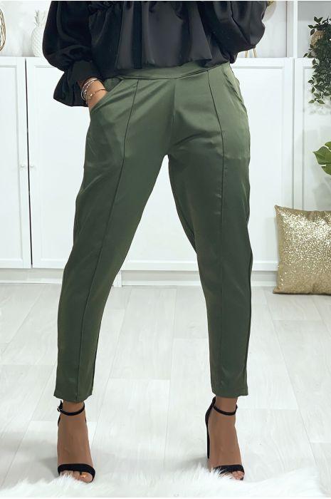 Pantalon cigarette satiné en kaki avec poches et plis devant