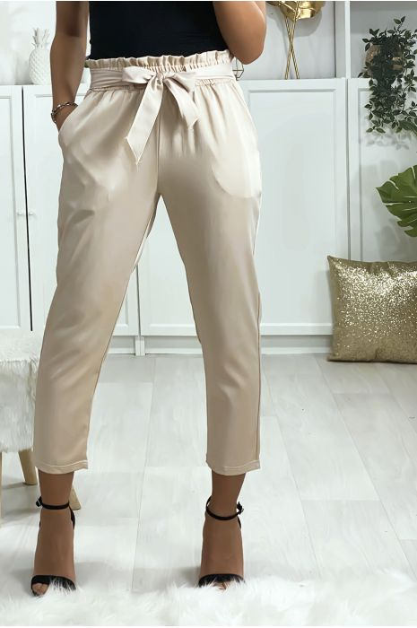 Pantalon cigarette beige satiné avec ceinture et poches