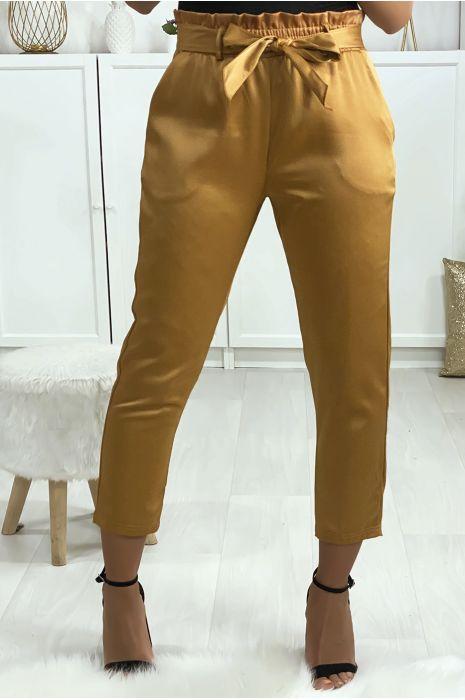 Pantalon cigarette camel satiné avec ceinture et poches