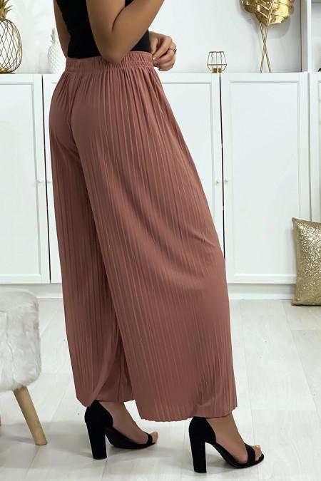 Pleated palazzo pants in fuchsia. Woman fashion