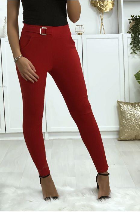 Pantalon slim rouge avec poches et boucle à la ceinture