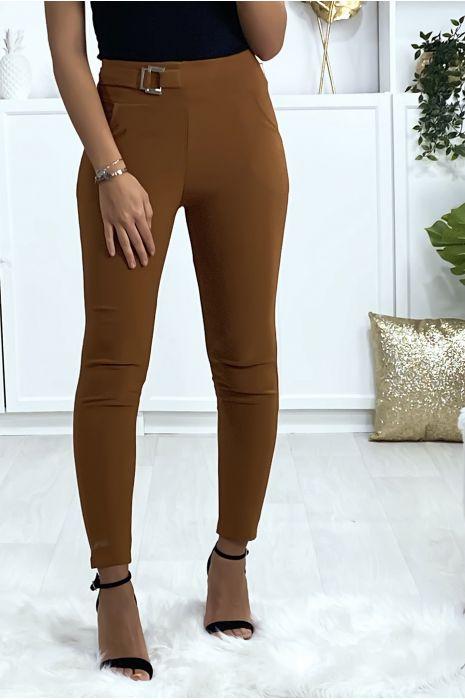 Pantalon slim camel avec poches et boucle à la ceinture