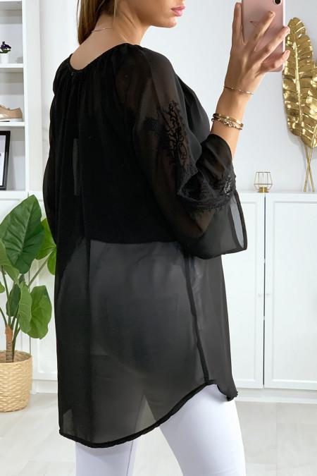 Zwarte sluiertuniek met mooie borduursels op de kraag en mouwen