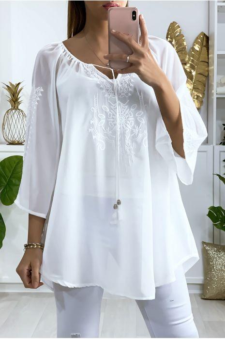 Tunique blanche en voile avec jolie broderie au col et aux manches