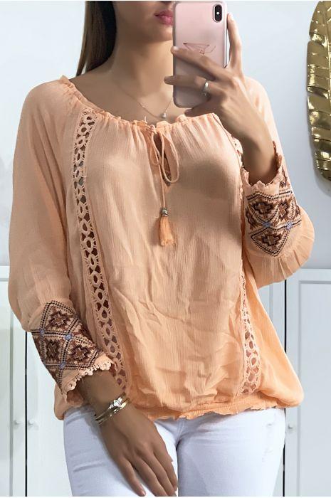 Roze blouse met kant bij de kraag en borduursel op de mouwen