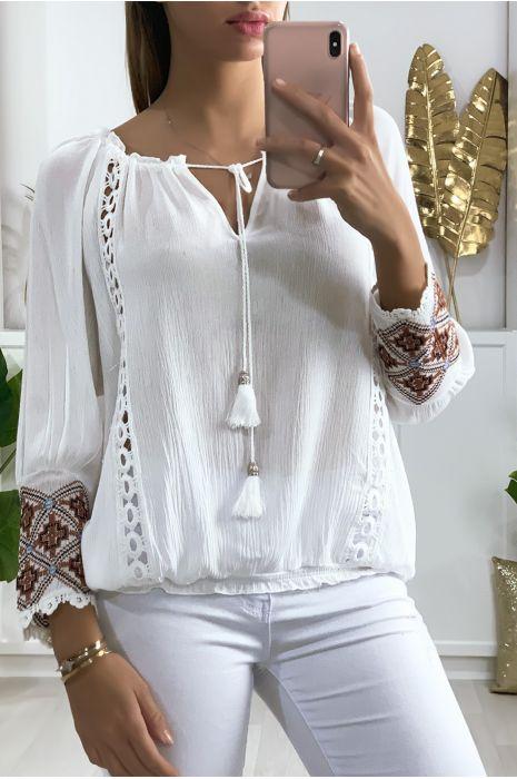 Witte blouse met kant bij de kraag en borduursel op de mouwen