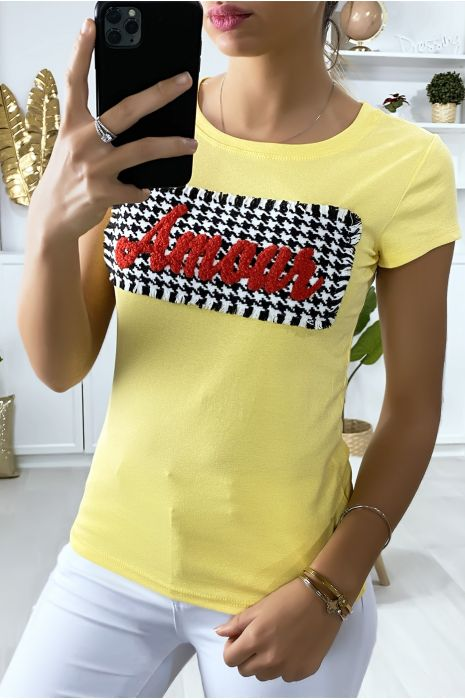 Geel t-shirt met stukjes en het schrijven van Amour